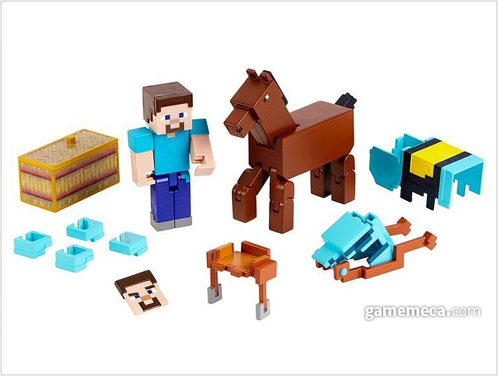 스티브와 말의 액션피규어. 수많은 파츠들은 말의 갑옷 장착을 위한 파츠다 (사진출처: 마인크래프트 공식 샵)