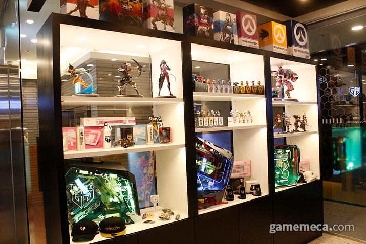 그 옆에는 PC 부품과 피규어 및 각종 소품 들이 놓여있다 (사진: 게임메카 촬영)