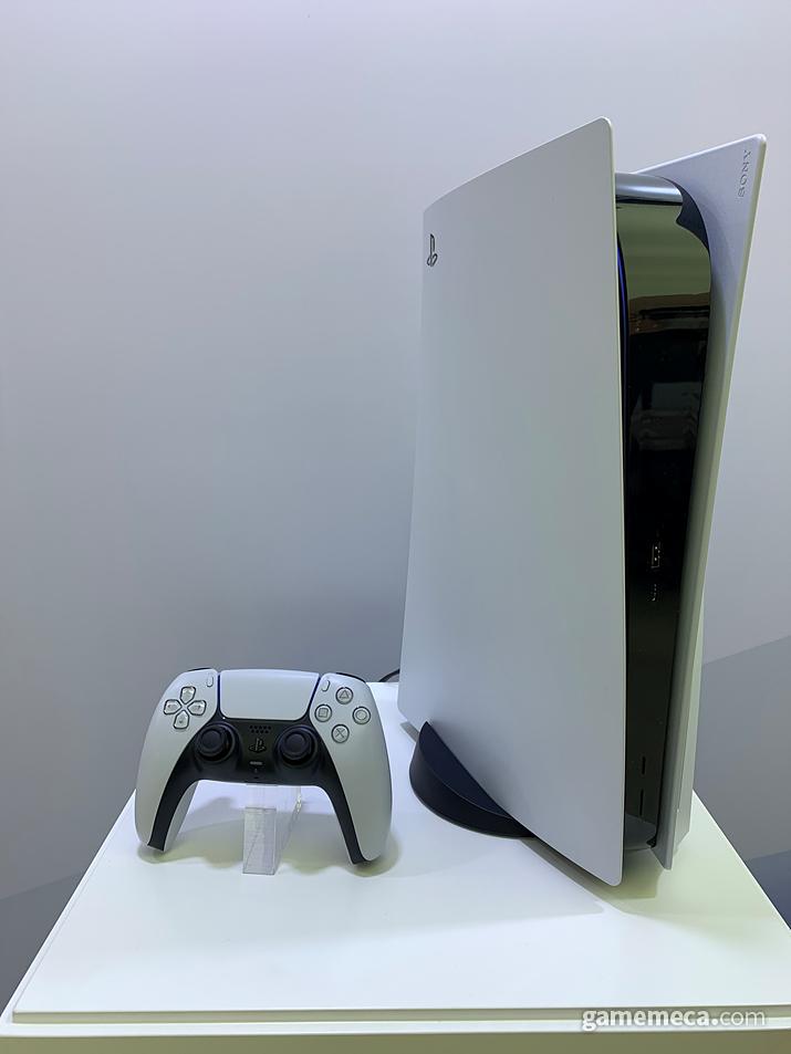 상당한 높이를 자랑하는 곡선형의 PS5와 듀얼센스 (사진: 게임메카 촬영)