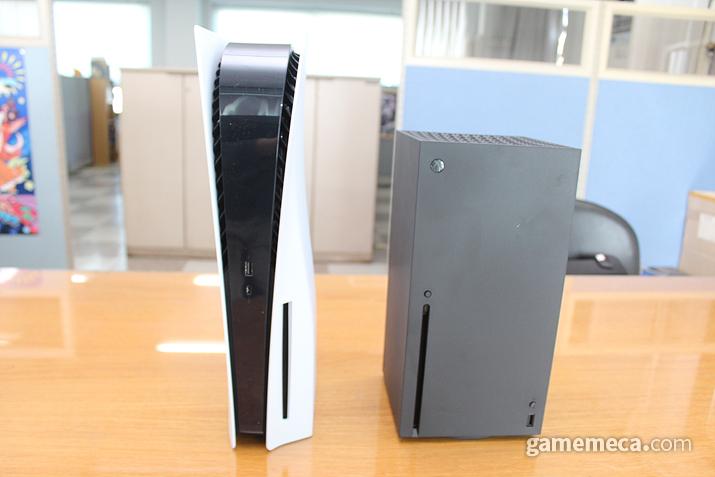 마찬가지로 현재 리뷰 중인 MS의 Xbox 시리즈 X와 크기를 비교해 봤습니다. 정면 폭은 좁지만, 깊이나 높이는 훨씬 높습니다