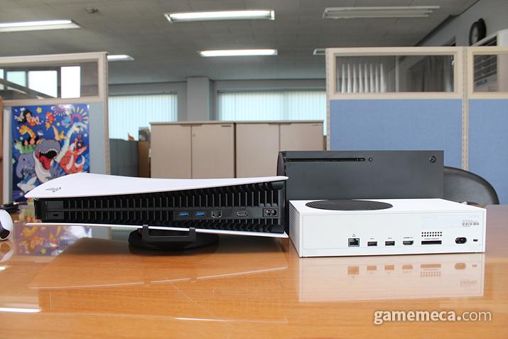 눕혀서 보관할 경우, Xbox 시리즈 X보다는 높이가 낮긴 하지만, 위 사진처럼 부피가 커서 공간 구성을 고민하게끔 합니다