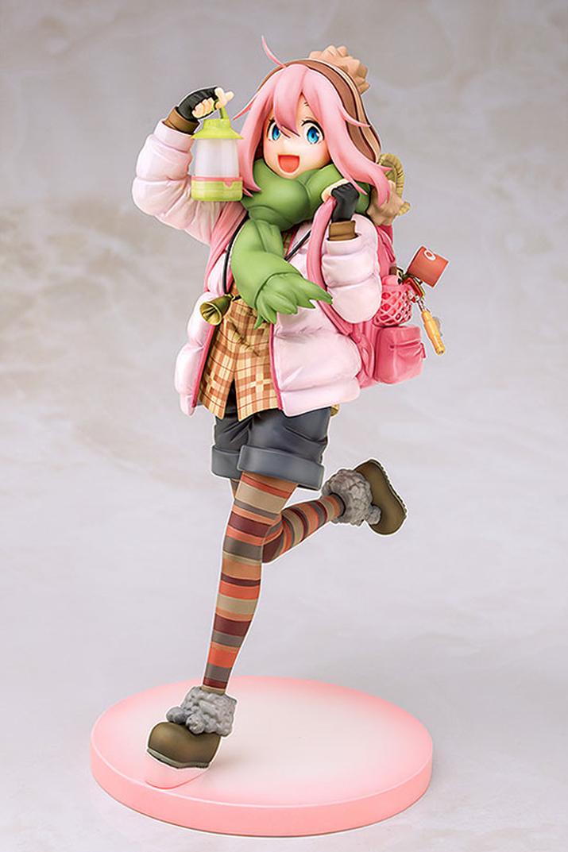 핑크핑크한 코디가 매력적인 나데시코. 활기찬 에너지가 넘치고 있음을 미소로 보여준다 (사진출처: AMIAMI 홈페이지)