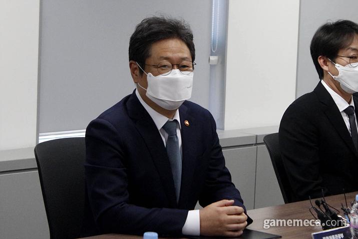 게임업계 간담회에서 게임 테마파크 건설 추진 TF를 만들고 싶다고 발언한 황희 장관 (사진: 게임메카 촬영)