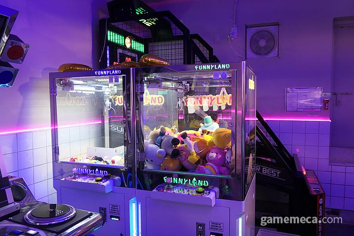 홍대 퍼니랜드 게임센터의 크레인 게임기가 이 곳에