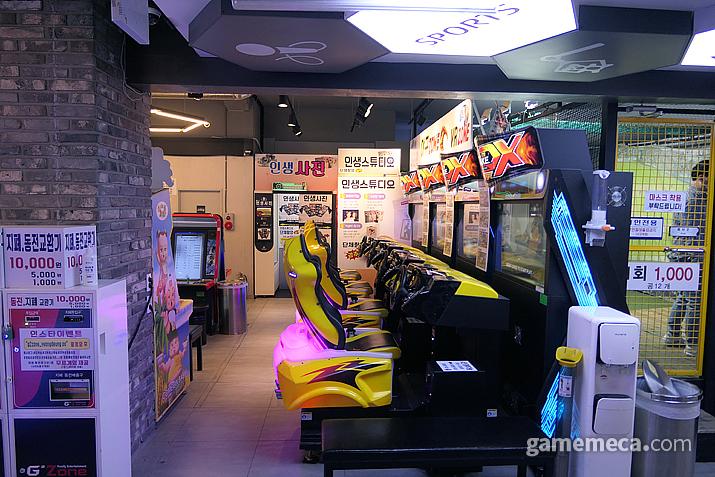 레이싱 게임과 스티커 사진은 이 곳에서, 최대 4명이서 즐길 수 있는 Overtake 4DX!