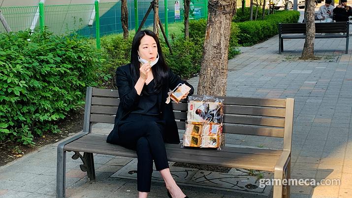그녀는 갑자기 김을 하나 꺼내 물었다... (사진: 게임메카 촬영)