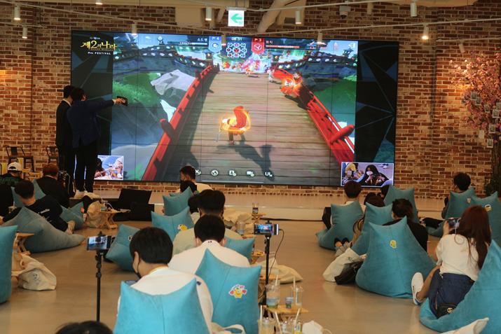 인플루언서와 유저 30명이 모두 참여해 '유물 전장'을 플레이하며 행사가 마무리됐다 (사진: 게임메카 촬영)