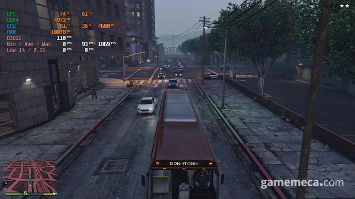 많은 경찰차와 퍼레이드 (사진: 게임메카 촬영)