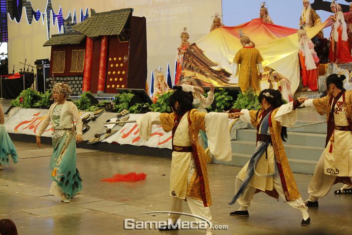 중국식 무협 연극만 계속된다. 결국 코스프레 행사는 구경도 못 했다는 이야기