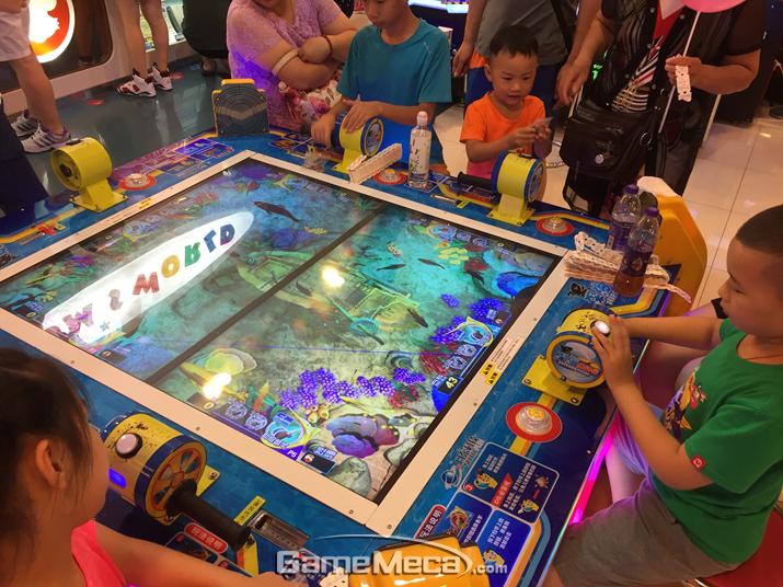 온 가족이 와서 게임을 즐기고 있는 중국 사람들