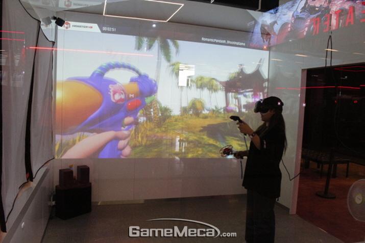 송도 '몬스터 VR'에서 게임을 즐기고 있는 한 방문객 (사진: 게임메카 촬영)