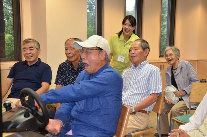 노인들이 '그란 투리스모'를 즐기는 모습 (사진출처: 게임스파크)