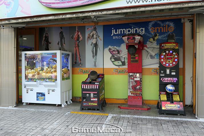 매장 바깥에 설치되어 있는 펀치 머신과 크레인 게임