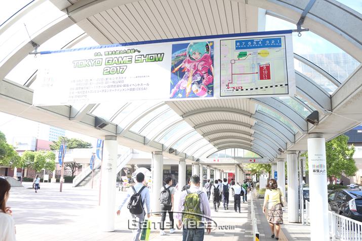 출근 인파를 헤치고 도착한 카이힌마쿠하리 역, TGS 분위기 물씬 풍긴다