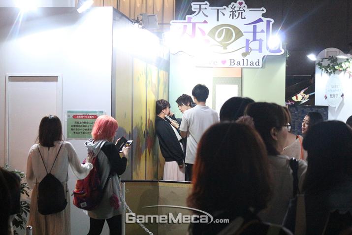 살짝 고개를 돌려보면 일본식 복장의 청년과의 시츄에이션도 있다 (사진출처: 게임메카 촬영)