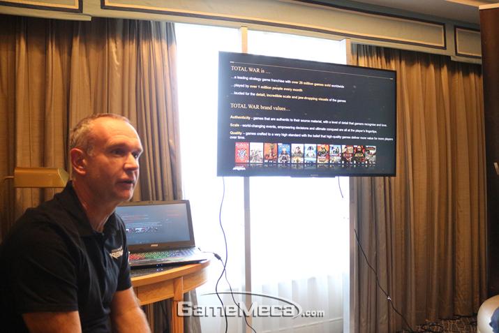 게임을 소개하는 제프 스미스 시니어 개발 매니저 (사진출처: 게임메카 촬영)