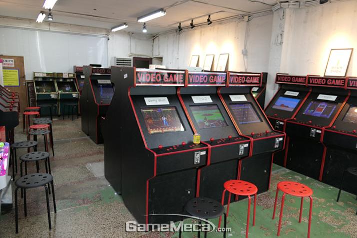 현재의 게임센터와 너무나도 다르다! 비디오 게임으로 가득한 콤콤오락실 전경