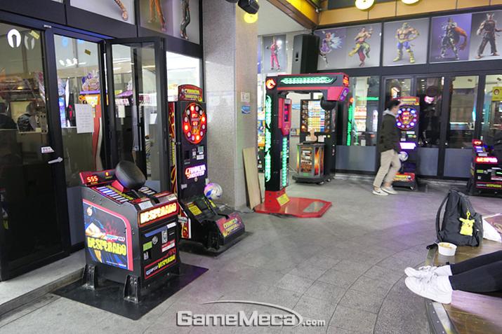 게임센터 입구. 야외에는 경품게임과 펀치 머신이 있습니다