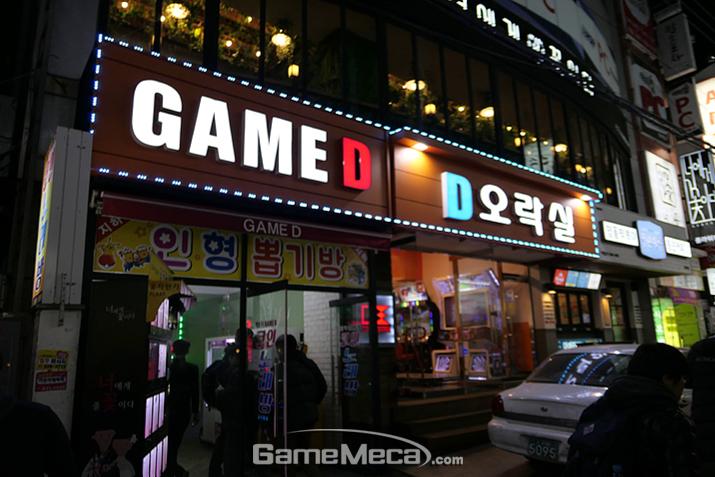 두 개 층으로 운영되는 게임센터, 지상은 라이트 유저, 지하는 마니아를 위한 장소