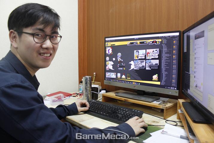 게임 시연 중인 이키나게임즈 하태일 기획이사 (사진: 게임메카 촬영)