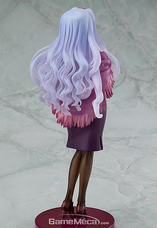phat! 시죠 타카네 1/8 스케일 피규어, 금발의 미키라면 은발의 타카네. 피규어에서는 타카네의 4차원적인 모습을 느끼긴 어렵지만 도도한 모습과 함께 남다른 포스를 느낄 수 있다. 은발머리 웨이브의 조형이 빠져들만큼 아름답다. 가격은 8,000엔(세금별도) (사진출처: 굿스마일컴퍼니 공식 홈페이지)