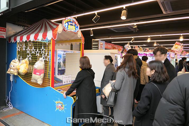 매장 1층은 지나가다 호기심에 들린 사람들을 위한 경품 게임 코너